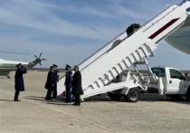 В падении Байдена на трапе самолета обвинили службы аэродрома