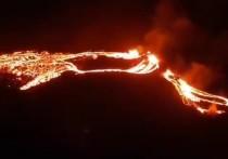 Долгое время бездействовавший вулкан на полуострове Рейкьянес на юго-западе Исландии пробудился в пятницу вечером, излившись лавой с двух сторон в результате первого вулканического извержения в этом районе почти за 800 лет