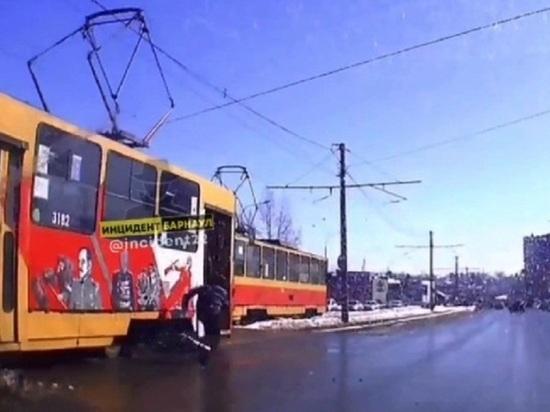 Трамвай без водителя пытались остановить в Барнауле