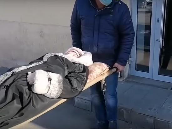 Лежачую пенсионерку принесли в банк на носилках, чтобы разблокировать карту