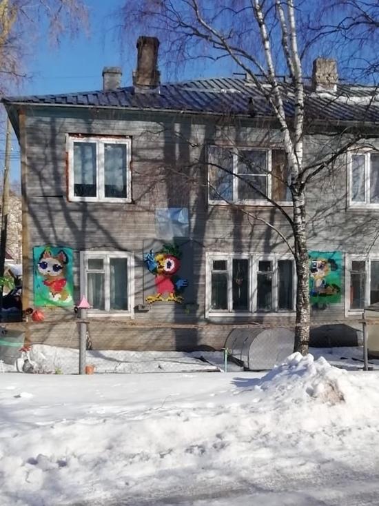 В Питкяранте жилой дом украсили панно из пластиковых крышек