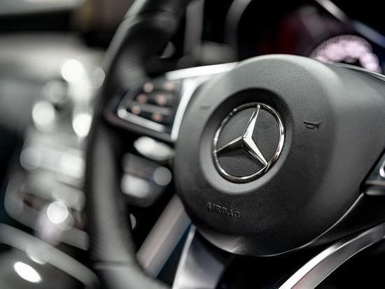 Mercedes протаранил несколько припаркованных авто в Барнауле