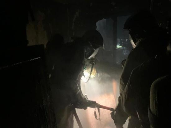 Пожарные спасли девять человек из горящего дома в Бийске