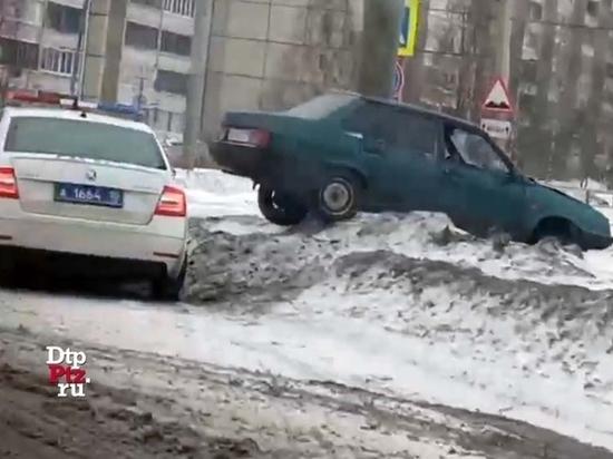 Занесло: легковой автомобиль врезался в опору в Петрозаводске