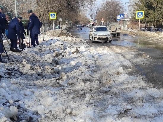 На улице Военных автомобилистов в Рязани десантники забросали снегом дорогу