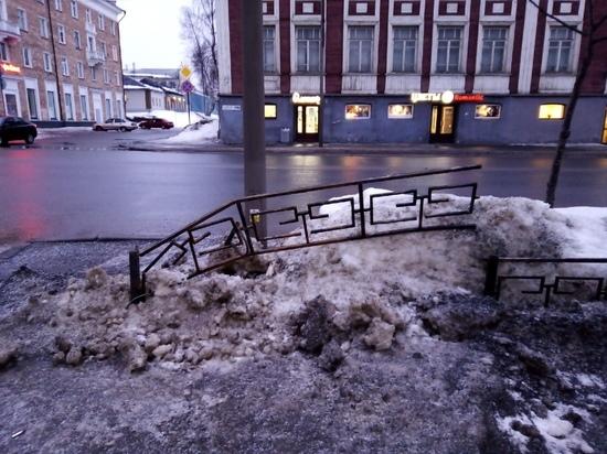 «Могильные оградки» на проспекте Ленина в Петрозаводске повредили