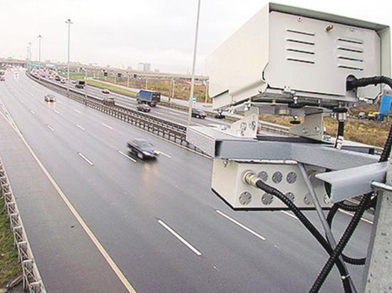 Норма, дозволяющая автомобилистам безнаказанно превышать скорость на 20 километров, вновь вызвала ожесточенные споры среди специалистов и простых водителей