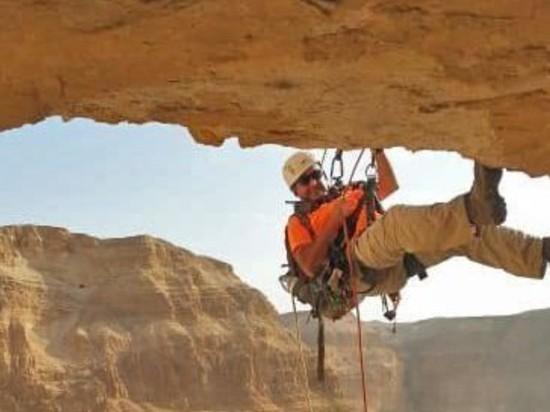 Археологам пришлось спускаться по отвесным скалам в «пещеру ужасов», чтобы опередить мародёров