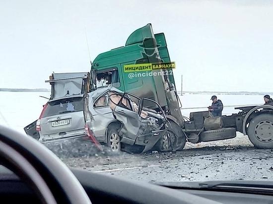 Водитель иномарки погиб при столкновении с фурой на алтайской трассе