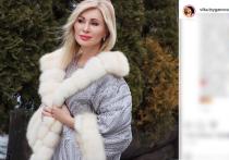 По словам артистки, знаменитость предстал перед ней в одном полотенце