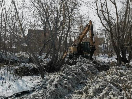 Река Пивоварка вышла из берегов и чуть не затопила дома в Барнауле