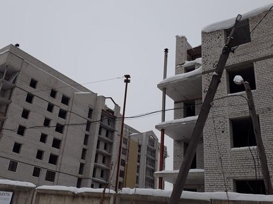 Прогнали генподрядчика: власти Барнаула пообещали дольщикам проблемного дома возобновление стройки