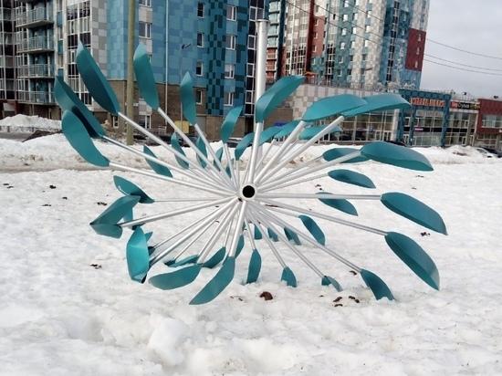 На аллее Энтузиастов в Петрозаводске сильный ветер повредил арт-объект