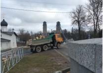 На прошлой неделе по отреставрированным цепным мостам в Острове проехал КАМАЗ, груженный спиленными деревьями