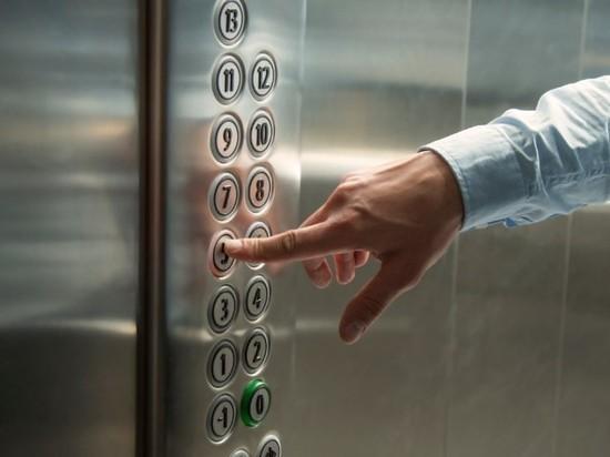 В Петербурге жителей первых этажей в обход Кодекса освободили от платы за лифт