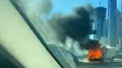 Около Москва-Сити на ходу загорелся фургон: кадры пожара