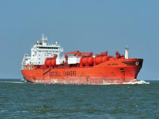Танкеры с нефтью на $400 миллионов застряли в Суэцком канале