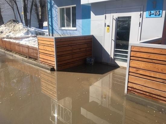 В Казани жители дома пожаловались на потоп у входа в подъезд