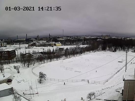 Тренировки по колено в снегу: стадион «Юность» зимой чистился плохо