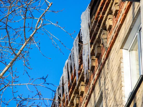 В Челябинской области активно чистят крыши от сосулек и наледи