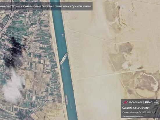СМИ узнали о скорой возможности снять судно с мели в Суэцком канале