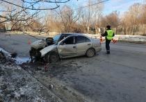 В Екатеринбурге два человека пострадали при наезде такси на фонарный столб