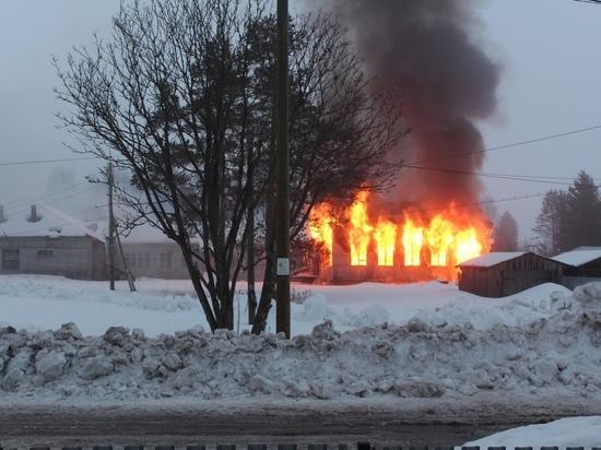 «Как страшно и как жалко»: в поселке Суоёки сгорела старая школа