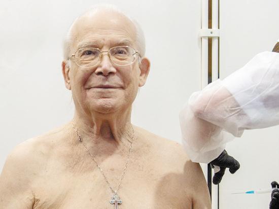 Ветеран сцены привился от коронавируса прямо в атриуме «Геликона»