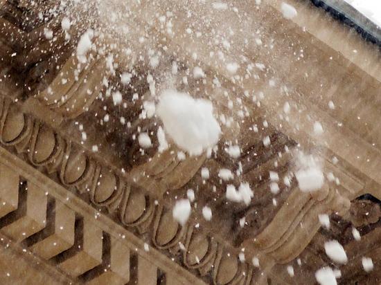 Женщина пострадала от падения ледяной глыбы в Измайловском кремле