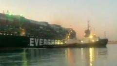 Застрявший в Суэцком канале контейнеровоз сняли с мели