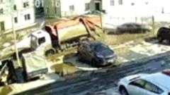 В Ярославле мусоровоз проломил асфальт