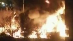 В промзоне на северо-востоке Москвы сгорела стоянка грузовиков: видео
