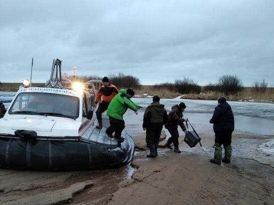 Уплывших на льдине рыбаков спасли на Ладоге с помощью судна на воздушной подушке
