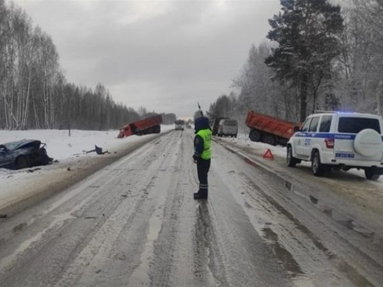 КамАЗ и Toyota столкнулись на трассе в Томской области