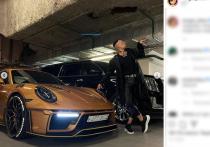 Серия снимков с пачками пятитысячных купюр появилась в социальной сети знаменитости