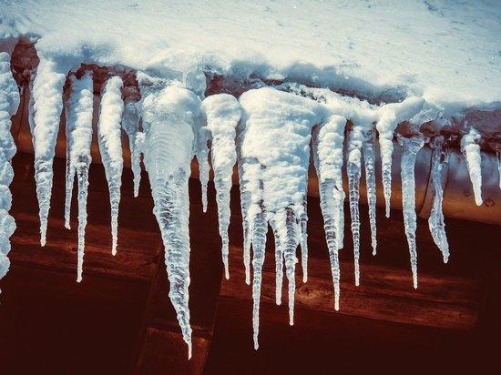 Упавшая с крыши глыба льда чуть не раздавила годовалую девочку в Новокузнецке