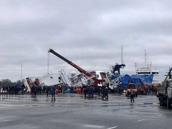 """Двое рабочих пропали после крушения судна на заводе """"Пелла"""" в Отрадном"""