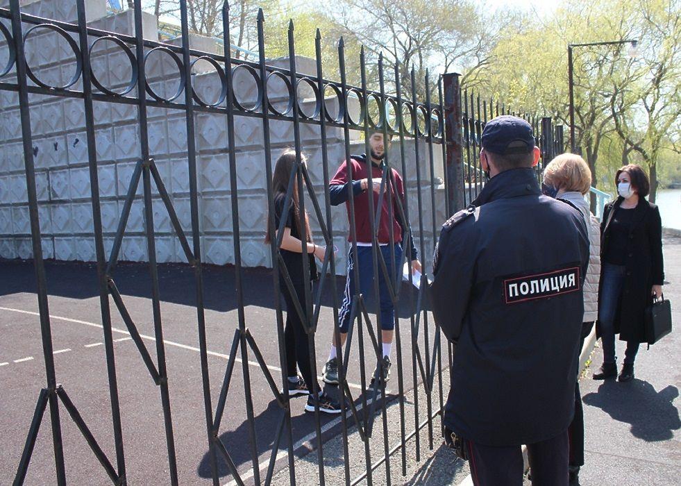 Шлагбаумы в лесу и патрулирование улиц: год назад в Приморье ввели самоизоляцию
