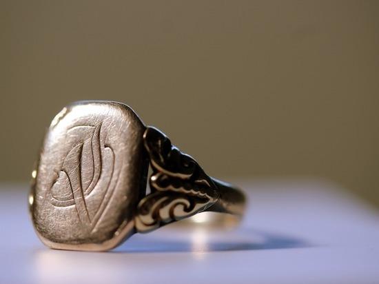 Барнаулец снял с пальца спящего собутыльника обручальное кольцо