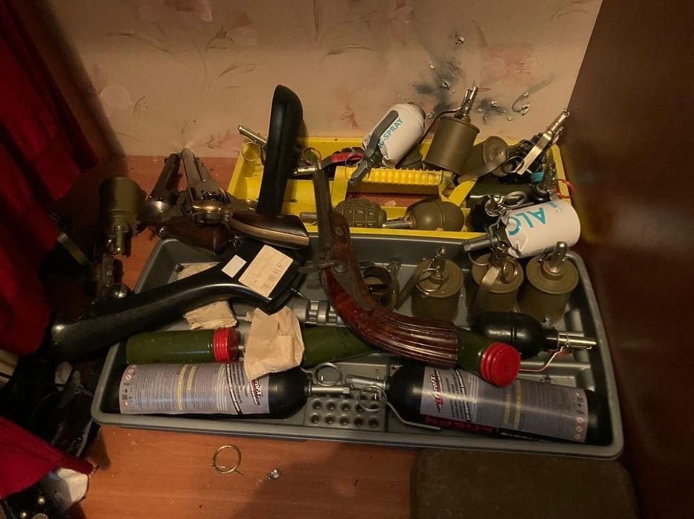 Опубликованы фото арсенала вешкинского стрелка Барданова: полный дом оружия