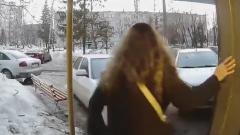 Водитель протаранил подъезд в Пензе и попал на видео