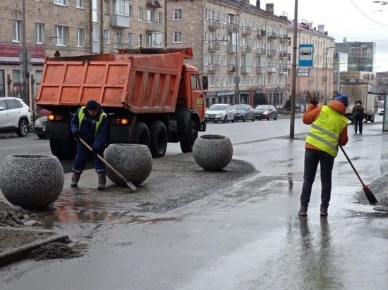 С петрозаводских тротуаров и магистралей стали убирать смёт