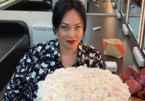 Телеведущая Лариса Гузеева выложила в Instagram архивный снимок, на котором она запечатлена в молодости вместе с Надеждой Бабкиной