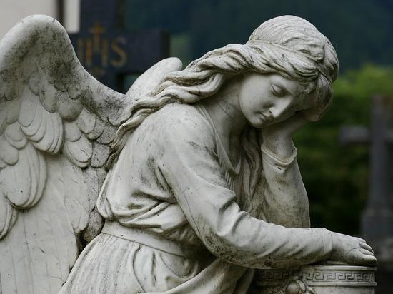 Петербургский пенсионер возненавидел скульптуры ангелов: отбивал крылья на кладбище