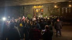Гостиницу Познера закидали яйцами: кадры из Тбилиси
