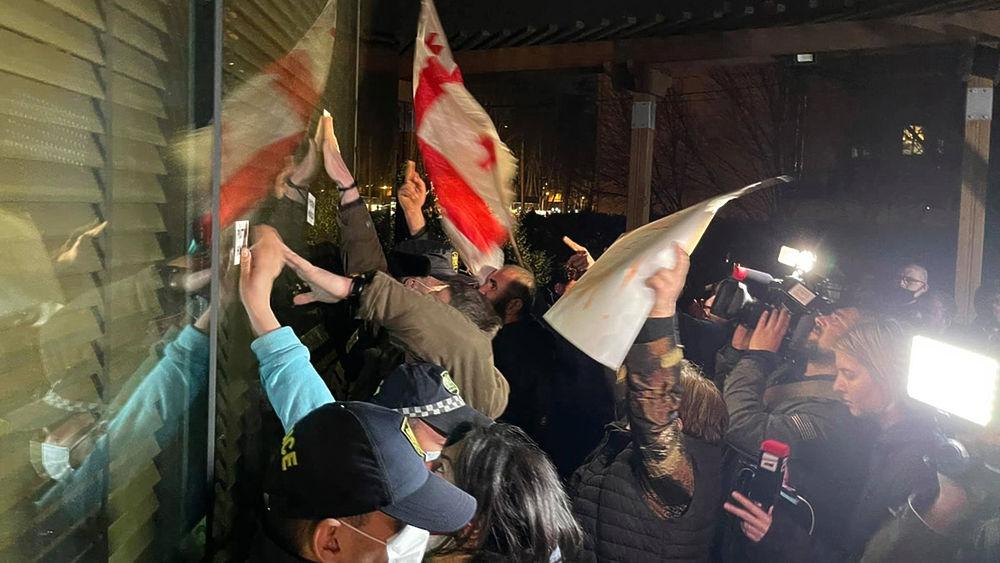 Разъяренные грузины заставили Познера убраться из Тбилиси: кадры протестов