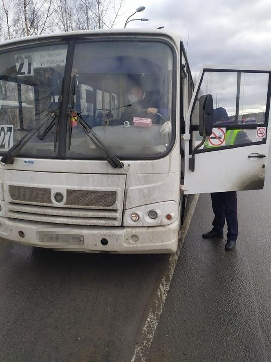 Автобус с открытыми дверями возил пассажиров в Петрозаводске