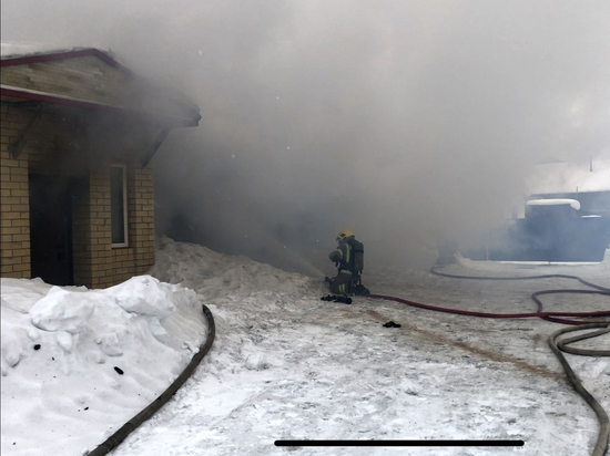 Горевший в Ноябрьске гараж около частного дома потушили
