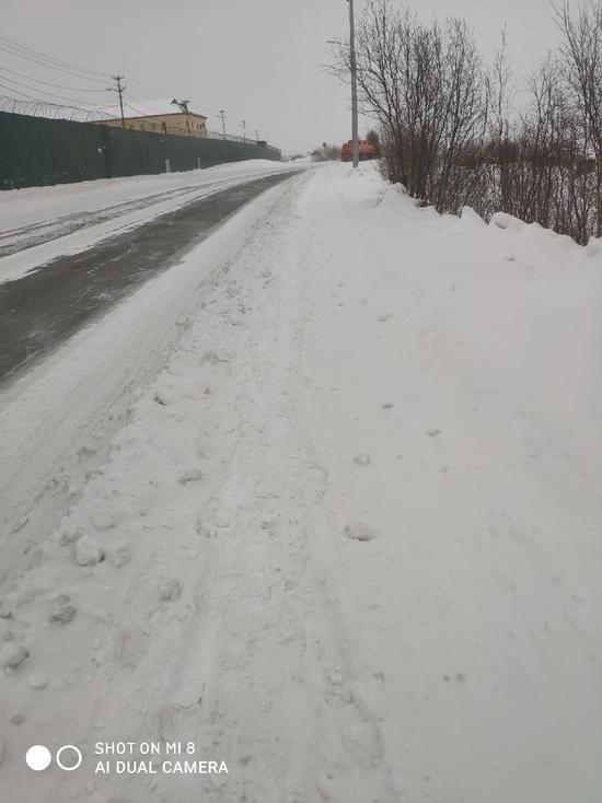 Жители Лабытнанги пожаловались на заваленные снегом тротуары на БАМе