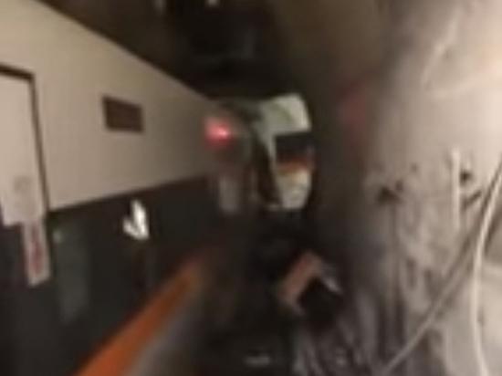 Десятки человек погибли при сходе состава с рельсов в туннеле